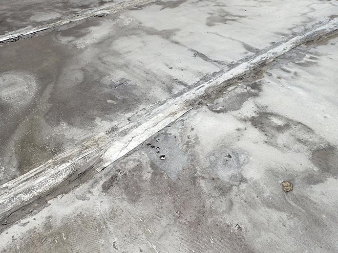 品川区荏原、シート防水の破れが原因の雨漏りは全面防水が必要です