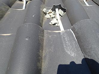屋根の上に散らばった漆喰