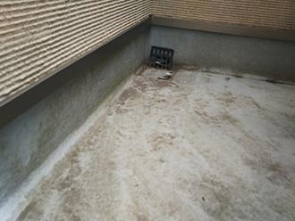 港区芝でバルコニー床のFRP防水に多数の亀裂でトップコートの塗り直しをご提案