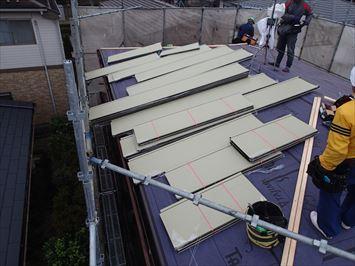足立区入谷で縦葺き屋根材スタンビーを使った屋根カバー工事を行っています