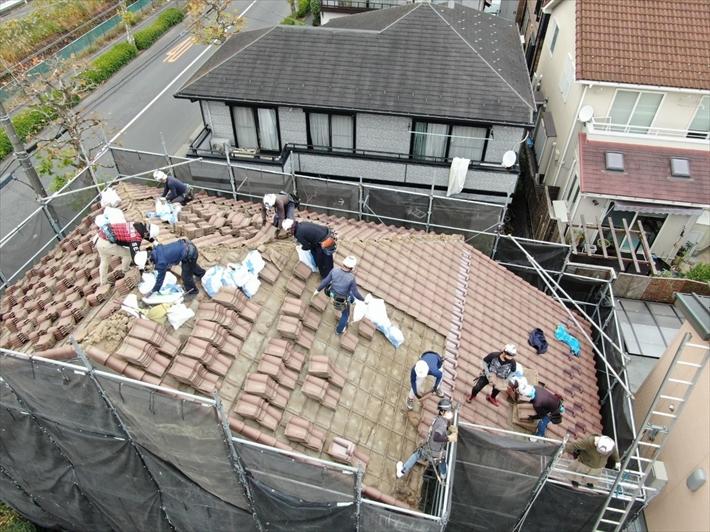 町田市西成瀬で強風でズレてしまった瓦屋根の葺き替え工事が始まりました