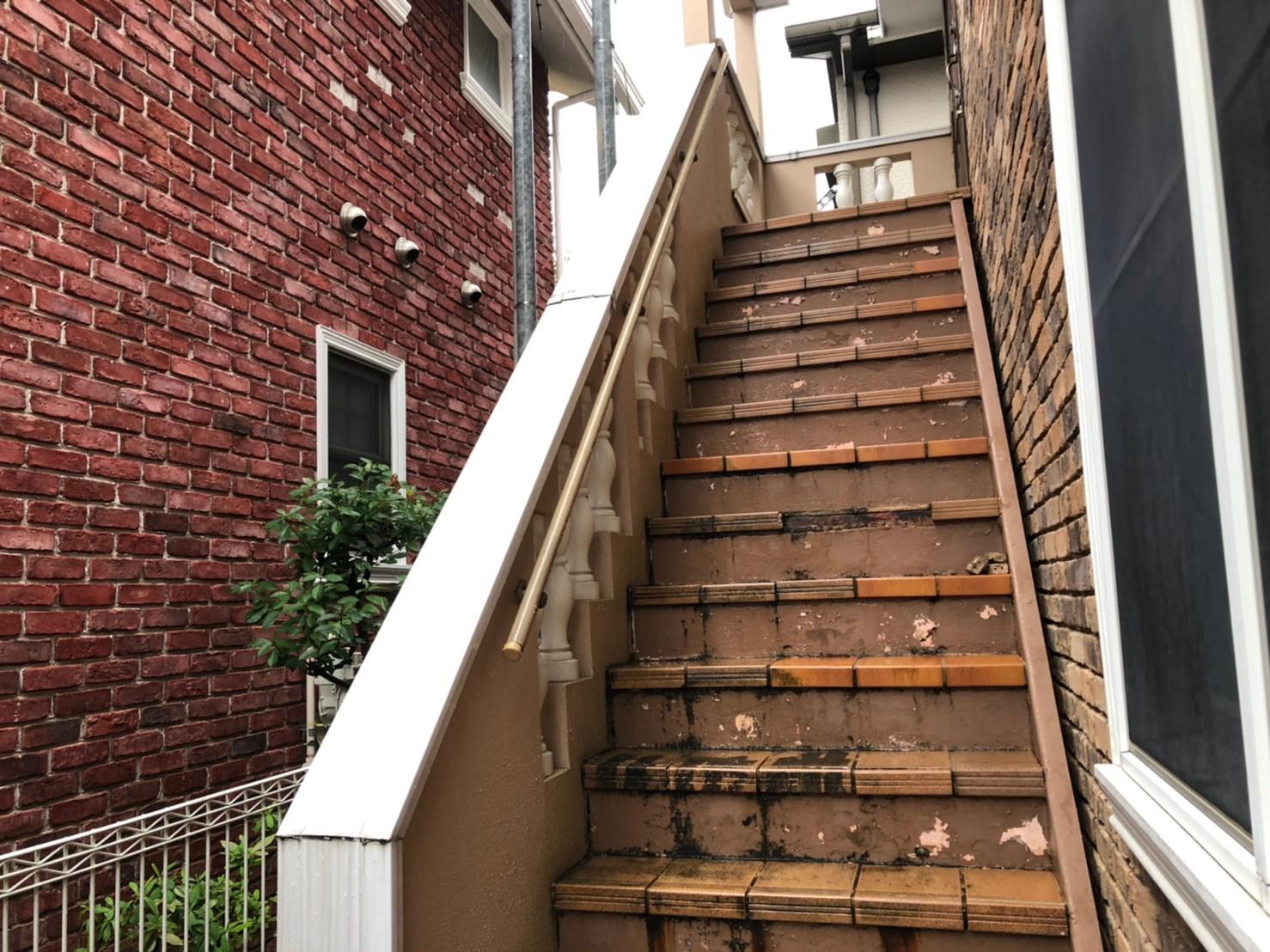 施工前のタイル張り階段