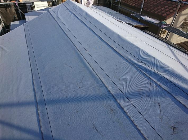 練馬区大泉町にて瓦屋根からアスファルトシングルへの屋根の葺き替え工事が進んでおります