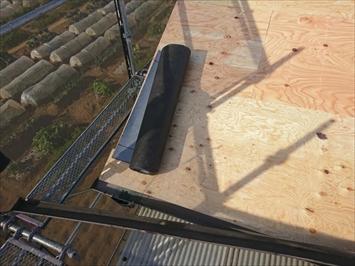 新しい野地板の上に防水紙を貼っていきます