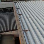 捲れ上がった折板屋根