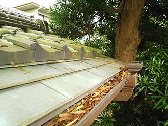 大田区大森で落ち葉が詰まってしまった和風門の雨樋を清掃します