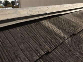 大田区東蒲田でスレート屋根の棟板金を点検、指が入り込むほど浮いておりました