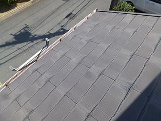 品川区戸越でスレート屋根点検、小口部分に雨染みが見られます