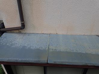 庇と外壁の取り合いにヒビや隙間