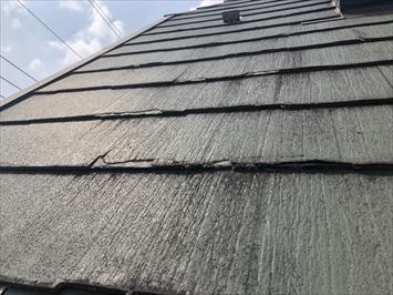 屋根材の際のほうから剥がれてきています
