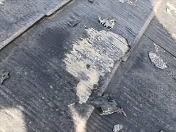 塗装面が剥がれてしまい、屋根材がむき出しになってしまっています