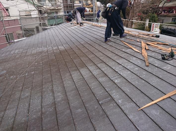 日野市新井で雨漏りしている金属屋根をスーパーガルテクトへの葺き替え工事で直します