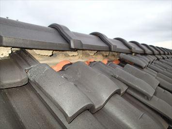 葛飾区東金町で洋瓦屋根の棟際の瓦がズレている原因を調査してきました