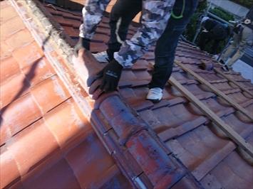 多摩市桜ケ丘で下地に傷みが出始めている瓦葺き屋根の葺き直し工事が始まりました