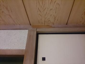 和室の天井に雨染みが出来ています
