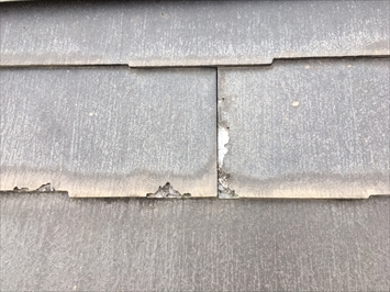 屋根材が劣化しめくれてしまっています