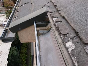 剥離した屋根材が雨樋に詰まってしまう恐れがあります。