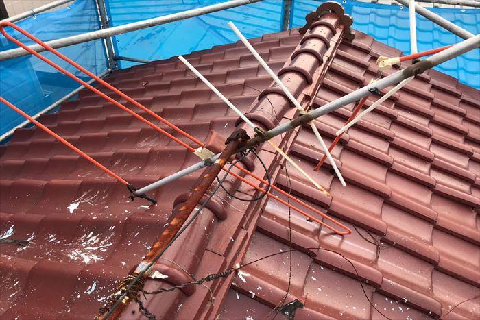 アンテナも倒壊した瓦屋根