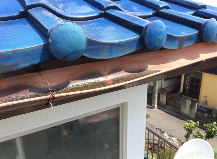 大田区鵜の木で雨樋から落ちてくる水滴を調査、雨樋が歪んで外側に開いておりました