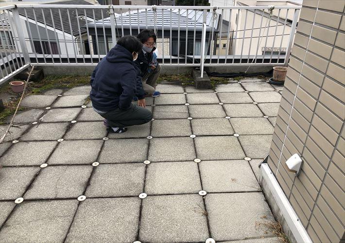屋上はタイル抑えの防水がされていました