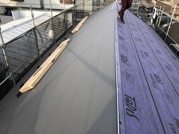 荒川区町屋にてスレート屋根からスーパーガルテクトへ屋根カバー工事が行われています