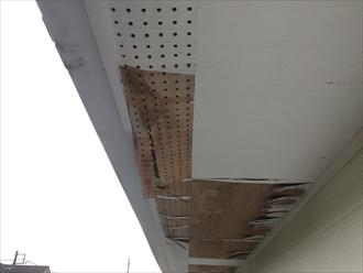 大田区東六郷で軒天の調査、塗装でメンテナンスしておかないと剥がれやすくなります