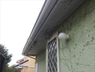 木製の軒天は塗膜で表面を防水しております