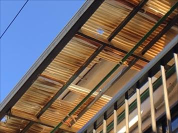 立川市高松町で穴の空いてしまったバルコニーの波板屋根を調査しました