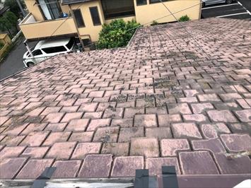 全体的に屋根材の劣化が目立ちます