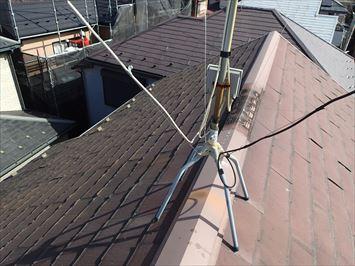 屋根の上で調査