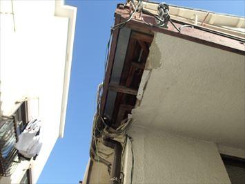 文京区大塚で金属庇屋根の軒天剥がれの原因調査に伺いました