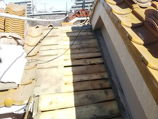 瓦を剥がした屋根