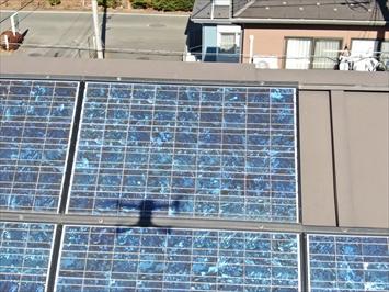 太陽光パネルが棟板金に被ってしまっています