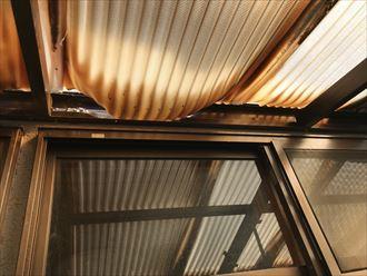 波板屋根が支柱枠から外れています