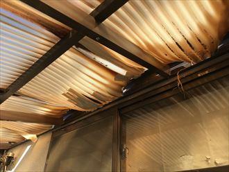 変形した波板屋根