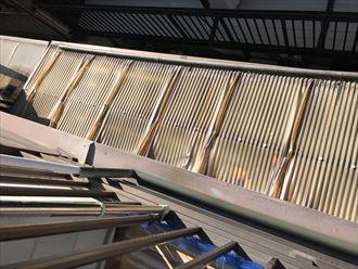 中央区月島で風災害による波板屋根の破損が発生、火災保険を申請し修繕のご提案