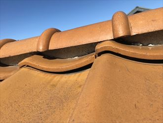屋根瓦が浮いています
