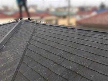 屋根の状態を確認します