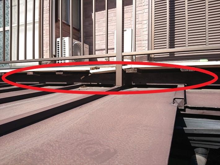 屋根とバルコニーの隙間