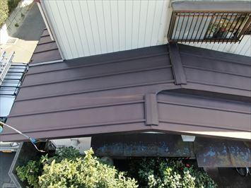 下屋根は瓦棒葺きのトタン屋根