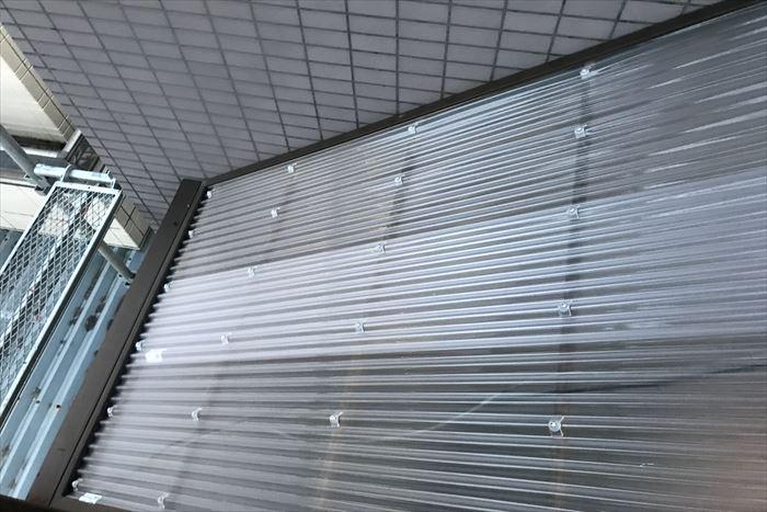 階段屋根のポリカ波板を交換