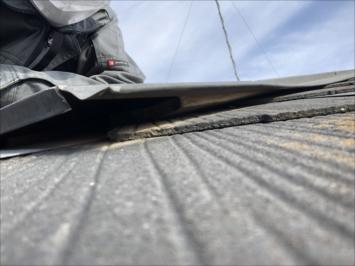昭島市朝日町で調査した屋根は棟板金が浮いていました