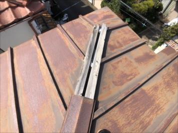 屋根に隙間ができてしまっている