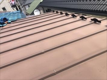 一見すると問題ない縦葺きの屋根