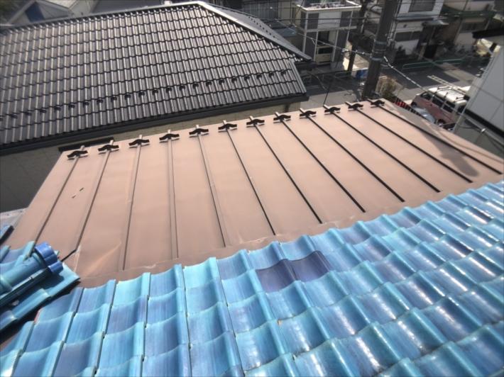 縦葺きの金属屋根