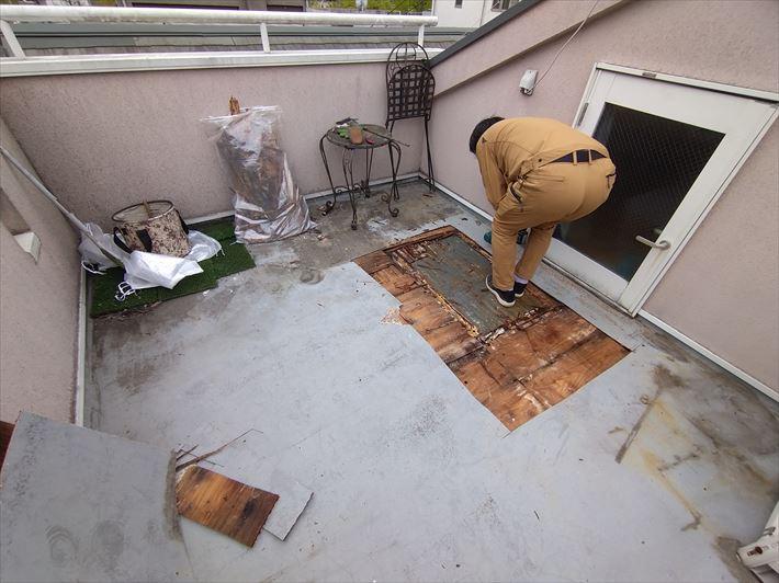 文京区千駄木でフワフワする屋上テラス屋根の床面を切開してみたら・・・