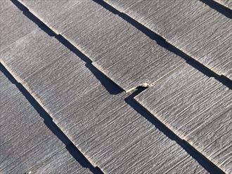 屋根材の弱った部分が欠けてしまいます