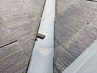 屋根材の欠片が谷に落下