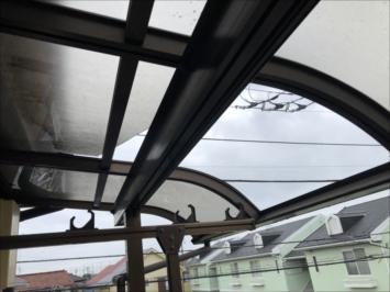 台風の強風で割れたパネル