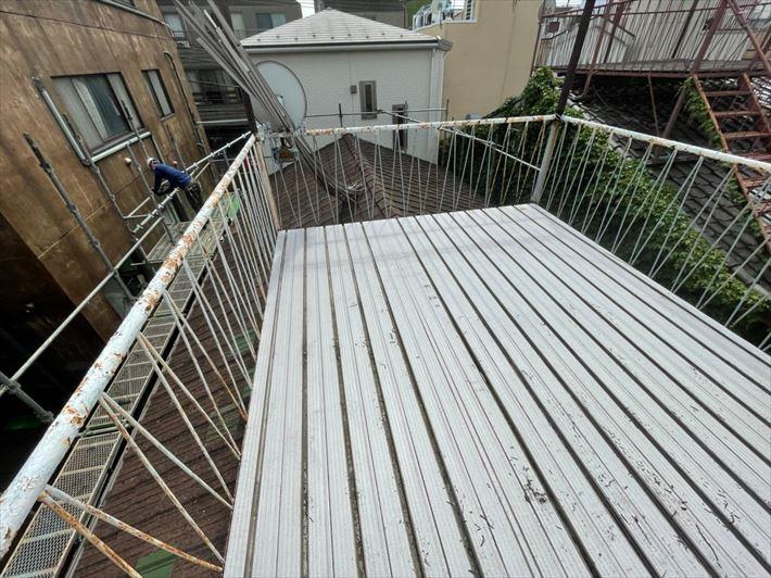 屋根の上のバルコニー